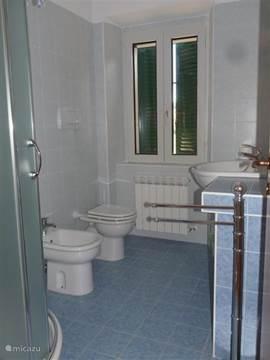 een van de twee identieke badkamers, waarvan er een in de ouderslaapkamer.