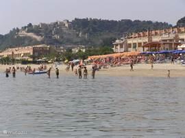 het strand op 5 autominuten van uw appartement. 's-Zomers ook gedeelten met parasols, ligstoelen en visrestaurantjes.