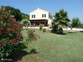 het huisgezien vanuit de tuin