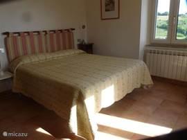 een van de drie ruime slaapkamers, elk met een mooi uitzicht.