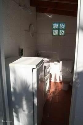 Buiten is het washok, met nog een extra toilet, handig als de kinderen uit het zwembad komen.