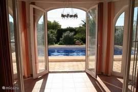 ´s Morgens gelijk een duik in het zwembad, zwembad direct voor de deur.