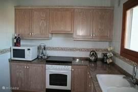 De ruime keuken, voorzien van alle gemakken zoals magnetron, oven en vaatwasmachine.