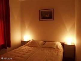 Luxe slaapkamers met opgemaakte bedden