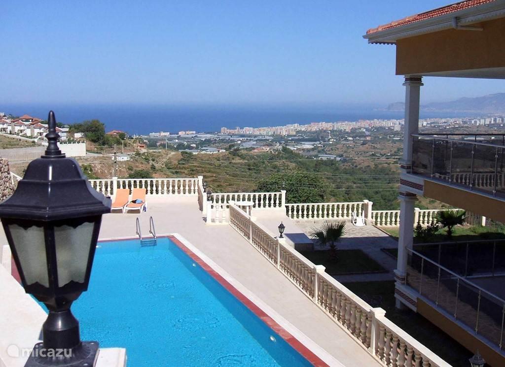 Luxe vakantiewoning (4 p.) op schitterende locatie in Kargicak, ook wel de villawijk van Alanya genoemd. Indrukwekkend uitzicht op de Middellandse Zee, Alanya en Taurusgebergte. <b>Bekijk ook de video, voor een goede impressie van de woning!</b>