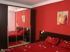 De grote slaapkamer heeft een 2-persoonsbed, kaptafel en kledingkast...