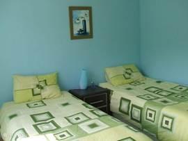 De tweede slaapkamer heeft twee 1-persoonsbedden...