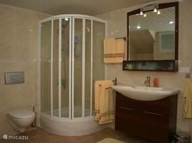 De <b>luxe badkamer</b> is zeer ruim en heeft een aparte douche...