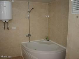...en een bad. Ook de wasmachine bevindt zich hier.
