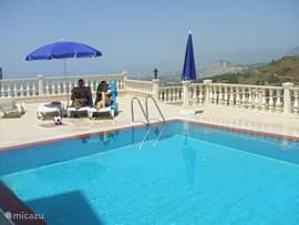 Het riante zwembad wordt dus gedeeld met 8 vakantiewoningen...
