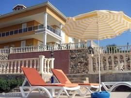 Rondom het zwembad bevinden zich meerdere zonneterrassen op verschillende niveau's.