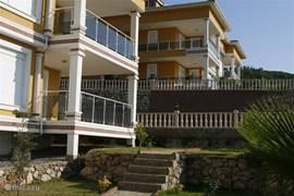 Het complex heeft twee van deze <i> villa's</i> die op verschillende niveau's staan met daartussen het zwembad.