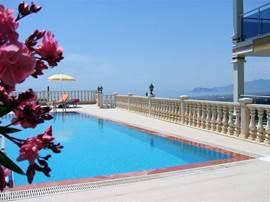 Zo'n fijn zwembad is in de Turkse warmte wel luxe maar niet overbodig.