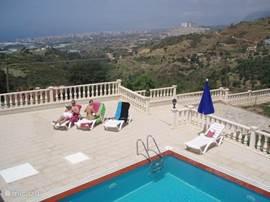 Ook bij het zwembad geniet u van het uitzicht.