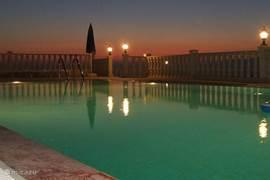 ... of bij het verlichte zwembad.