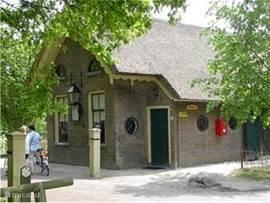 In Orvelte, een authenktiek Drents dorp, waarvan de rijke historie nog wordt gekoesterd en getoond, staat een tolhuisje welke verbouwd is tot vakantiewoning voor 6 / 8 personen. Zo zijn de voorkamer en 2 bedsteden in takt gebleven.