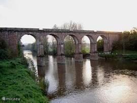 de brug bij binnenrijden van Pantaléon-de-Larche