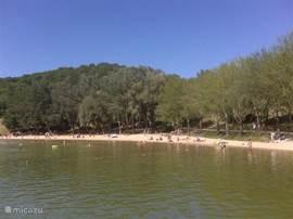 het strand van Lac du Causse, een gezellige plek