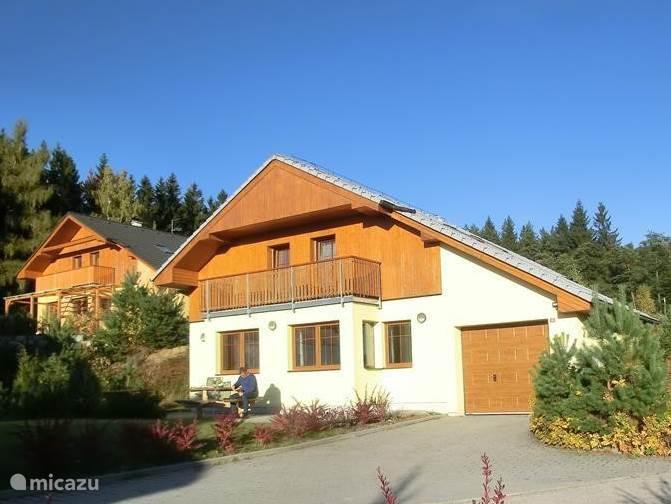 Ons huis staat aan de rand van het dorp Lipno. Ook in het najaar, zoals hier, tot laat in de middag in de zon.
