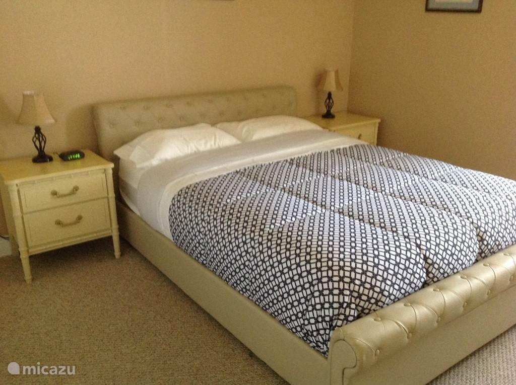 2e slaapkamer met ruime kleding kast en kaptafel.
