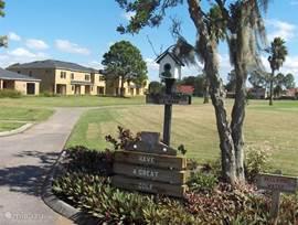 18 hole golfcourt, in Wedgefield, op loopafstand. Er is een restaurant waar ook niet golfers kunnen eten. www.wedgefieldgolf.com