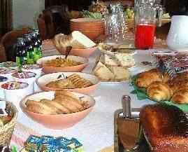 Het heerlijke italiaanse ontbijt met zelf gebakken brood met noten en olijven, diverse soorten ham en kaas, fruit, etc. Voor gasten, die een kamer met ontbijt voor een midweek wilen boeken hebben we een speciaal aanbod met een prijs voor de midweek van slechts 375 Euro voor 2 personen. Dit geldt ni