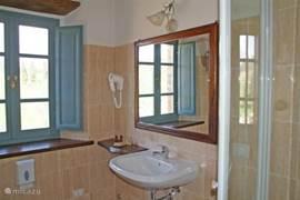 voorbeeld van één van de badkamers