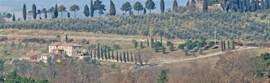 Breedbeeld blik op Podere Alberese. Statig gelegen in het Toscaanse landschap.