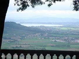 Uitzicht op Lago Trasimeno vanuit Cortona. Dit grote meer ligt op 28 km vanuit Podere Alberese en heeft mooie stranden, een rondvaartboot en gezellige plaatsjes langs de oever.