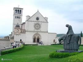 De kerk van Sint Fransiscus in Assisi, waar jaarlijks veel bezoekers naar toe gaan. Zeker zeer de moeite waard.