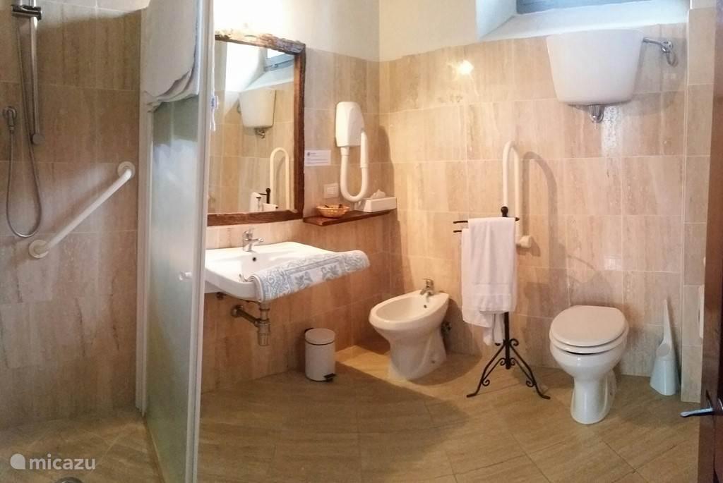 De badkamer van ons appartement Tinnaia