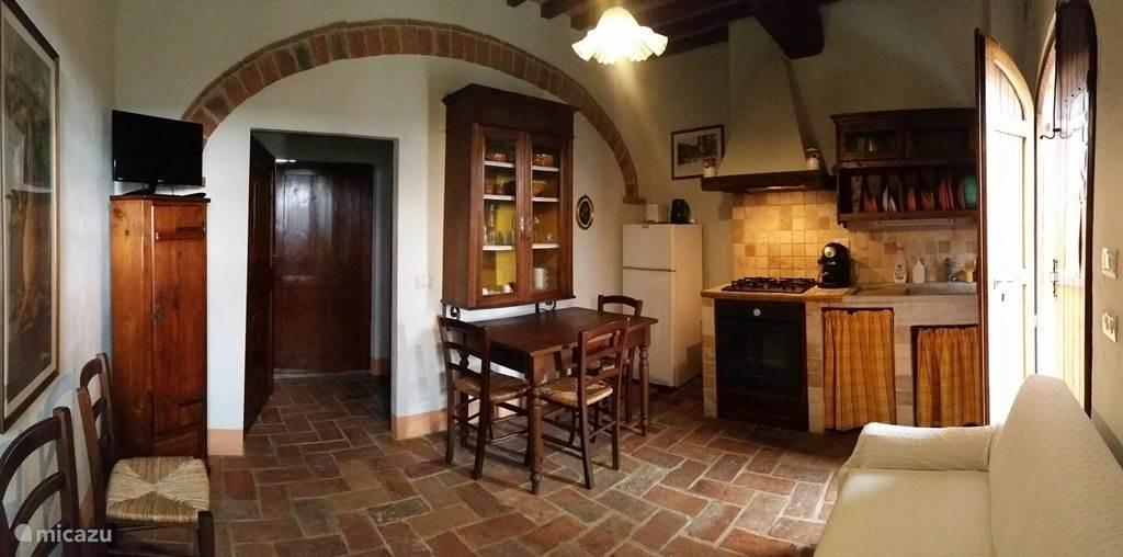 Een 180 graden view van de keuken van appartement Tinnaia. De andere appartementen zijn qua stijl en inrichting identiek. Dus allen in originele Toscaanse stijl maar met moderne voorzieningen en apparatuur (koelkast, TV, espresso, etc.)