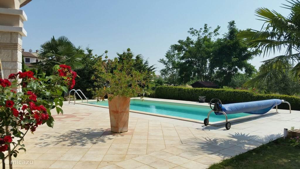 zwembad is te gebruiken van eind april - eind october