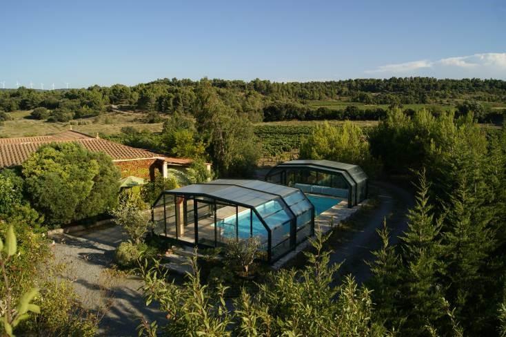 rustig, in het groen gelegen vak.huis; beneden wonen, boven slapen; grote buiten keuken, prachtig zwembad;  € 100,- pw korting vanaf 10/6 - 22/7-2017