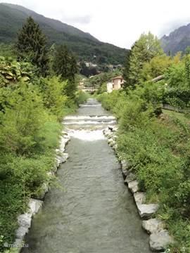Het riviertje dat langs de camping loopt en uitmondt in het meer.