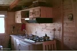 de keuken, volledig ingericht en met een magnetron, mini-oventje en koffiezetapparaat.