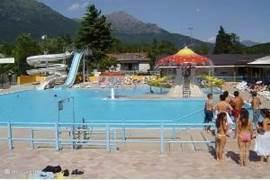 Het zwembad met waterglijbanen en een apart kindergedeelte.