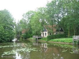 Bij een bruggetje en aan een meer in een klein park met uitzicht op beschermd gebied  staat dit luxe landhuis met SAUNA en sfeerhaard. Het heeft een fraai uitzicht  en uitstekende vismogelijkheden. Met 4 slaapkamers is het geschikt voor 1 - 7 personen
