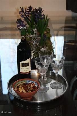 Er staat altijd een Welkoms geschenk voor U klaar om uw aankomst te vieren met een glas wijn en wat borrelnootjes
