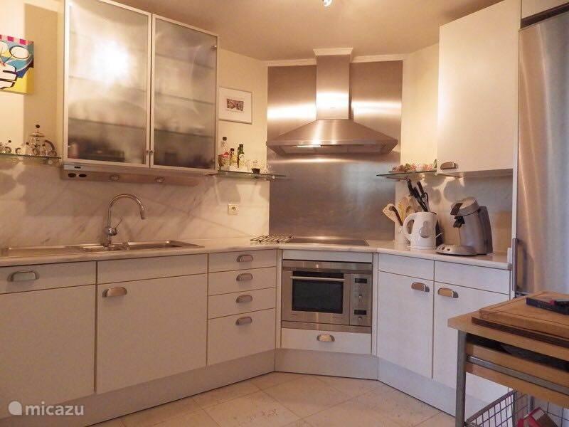 De keuken, voorzien van alle gemakken. en apparatuur, tevens nog een bijkeuken aanwezig met droogtrommel en wasmachine