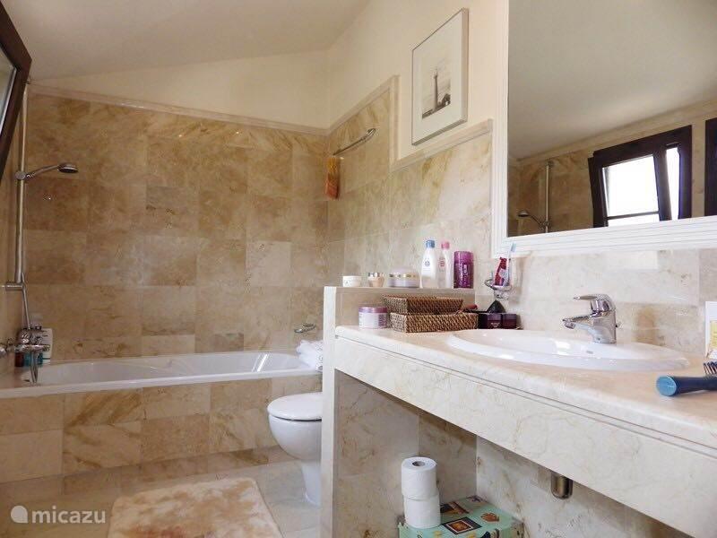 De badkamer bij de master bedroom