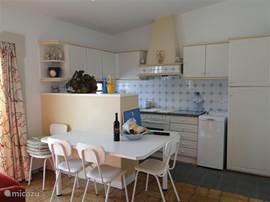 Open keuken naar de woonkamer en aangrenzend groot terras