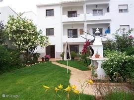 Het aanzicht vauit de tuin op de achterkant va de appartementen