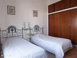 slaapkamer met ruime ingebouwde kleerkast