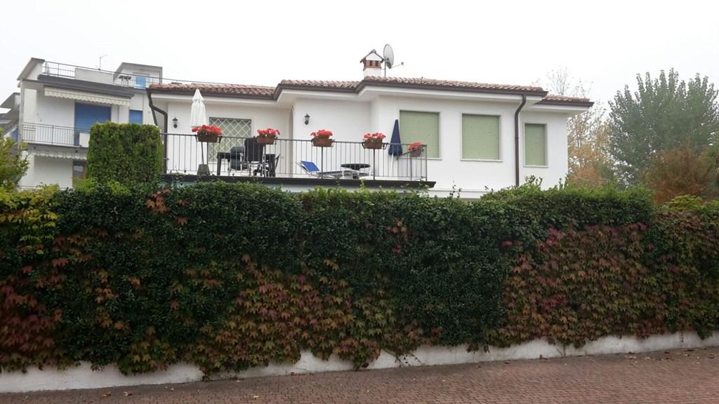 Last minute Villa te huur  v.a 1/9  1e verd. en v.a 13/9 begane grond Lazise Gardameer voor max. 4 personen 125 Euro pn.  ex. eindschoonm. Eur 65