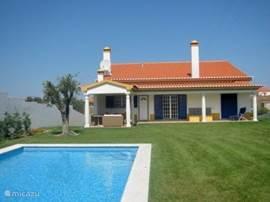 Achterzijde van de woning waar u heerlijk prive kunt genieten van al het mooie wat deze villa te bieden heeft.