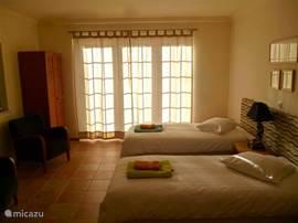 1 van de 5 slaapkamers voorzien van hotelbedden.