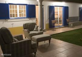 Overdekt terras aan de achterzijde tegen de keuken en woonkamer.
