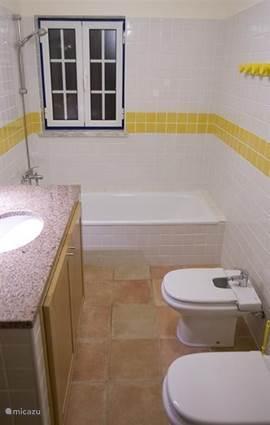 1 van de 3 badkamers met douche,bad en eigen toilet.