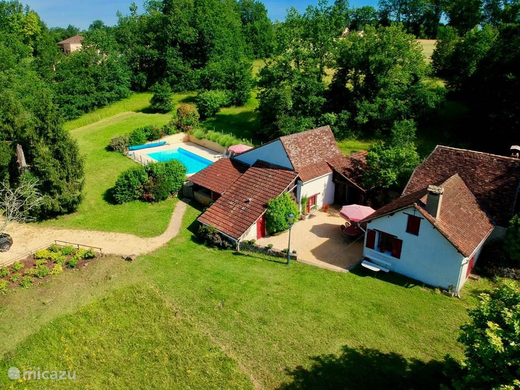 Oude boerderij, volledig prive op 1,2ha grond met groot zwembad en zonneterras.